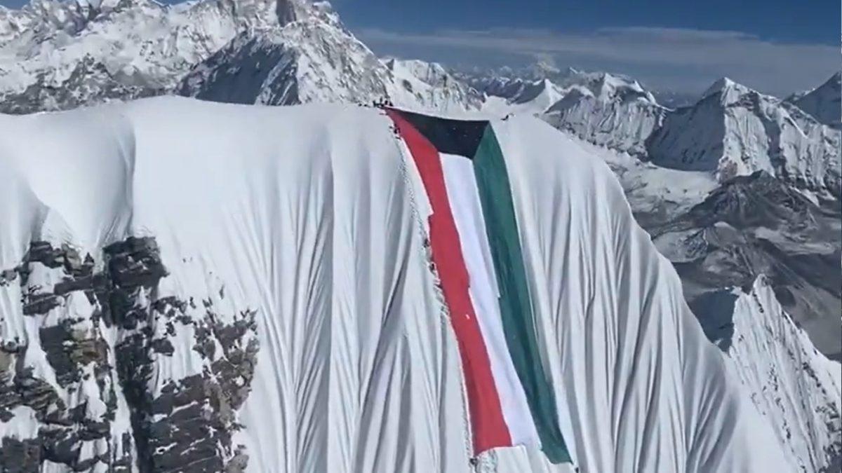Nirmal Purja e la bandiera del Kuwait sull' Ama Dablam